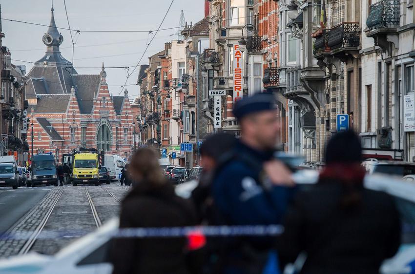 """Στη βελγική πρωτεύουσα, έδρα των ευρωπαϊκών θεσμών, το διεθνές αεροδρόμιο, η αίθουσα αναχωρήσεων του οποίου καταστράφηκε από μια διπλή επίθεση καμικάζι, παρέμεινε σήμερα κλειστό. Μια απόφαση αναμένεται εντός της ημέρας σχετικά με τη μερική επαναλειτουργία του, η οποία αναβάλλεται από τη μια μέρα στην άλλη. Όμως η πλήρης επαναλειτουργία του αεροδρομίου θα πάρει """"μήνες"""", προειδοποίησε η εταιρεία Brussels Airport που το διαχειρίζεται. Σε μια νέα ένδειξη για τις δυσχέρειες που αντιμετωπίζει η επιστροφή στην ομαλότητα, η κυκλοφορία στο μετρό των Βρυξελλών, η οποία υποτίθεται ότι θα επαναλαμβανόταν πλήρως σήμερα μετά την επίθεση και σ' αυτό ενός καμικάζι στις 22 Μαρτίου, παραμένει τελικά περιορισμένη. Το Εθνικό Συμβούλιο Ασφαλείας έκρινε ότι οποιαδήποτε αλλαγή θα ήταν πρόωρη. Οι επιθέσεις, οι φονικότερες που έχουν πραγματοποιηθεί στο Βέλγιο από το 1945, στοίχισαν τη ζωή σε 32 ανθρώπους ενώ οι τραυματίες ανήλθαν σε 340, από τους οποίους 94 εξακολουθούν να νοσηλεύονται. Σαράντα εννέα τραυματίες εξακολουθούσαν χθες το βράδυ να βρίσκονται στην εντατική. Η έρευνα για τις επιθέσεις στις Βρυξέλλες, οι οποίες πραγματοποιήθηκαν από το ίδιο δίκτυο της τζιχαντιστικής οργάνωσης Ισλαμικό Κράτος που είχε σκοτώσει 130 ανθρώπους στις 13 Νοεμβρίου στο Παρίσι, εξακολουθεί να επικεντρώνεται στον κύριο ύποπτο που εξακολουθεί να διαφεύγει."""