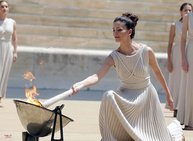 Η Πρωθιέρεια Κατερίνα Λέχου ανάβει την Φλόγα κατά την διάρκεια της τελετής που διοργάνωσε η Ελληνική Ολυμπιακή Επιτροπή στο Παναθηναϊκό Στάδιο, για το Ολυμπιακό Φεστιβάλ Ευρωπαϊκής Νεότητας «Τιφλίδα 2015», Τρίτη 26 Μαΐου 2015. ΑΠΕ-ΜΠΕ/ΕΟΕ/STR