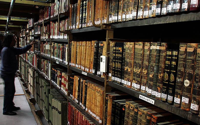 Αναγνώστης ψάχνει ανάμεσα στις εκτενείς συλλογές βιβλίων στην Εθνική Βιβλιοθήκη, Αθήνα, Πέμπτη 14 Δεκεμβρίου 2006. Η Εθνική Βιβλιοθήκη αποτελεί μέρος της λεγόμενης «Νεοκλασικής Τριλογίας» της πόλης των Αθηνών – Ακαδημία, Πανεπιστήμιο, Βιβλιοθήκη. Κατασκευάστηκε μεταξύ 1887 - 1902 και αποτελεί μελέτη του Δανού αρχιτέκτονα Θεόφιλου Χάνσεν.