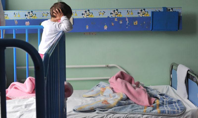 Το μεσαίο  σε ηλικία κοριτσάκι στο «Καραμανδάνειο» νοσοκομείο παίδων της Πάτρας, όπου φιλοξενούνται, την Πέμπτη 19 Ιανουαρίου 2017. Σε εξέλιξη βρίσκονται οι έρευνες των αστυνομικών της Ασφάλειας Πατρών, για τον εντοπισμό των γονιών ή συγγενικών προσώπων δύο νηπίων και ενός βρέφους, που βρέθηκαν μόνα τους σε πεζοδρόμιο της οδού Ερυθρού Σταυρού της Πάτρας. Σύμφωνα με πληροφορίες, πρόκειται για τρία κοριτσάκια, ηλικίας περίπου τριών ετών, δύο ετών και επτά μηνών αντίστοιχα. Σύμφωνα με πάντα με τις ίδιες πληροφορίες, η Αστυνομία δεν έχει σαφή στοιχεία για την ταυτότητα τους, ώστε να εντοπίσει τους γονείς τους ή κάποιο συγγενικό τους πρόσωπο, παρά μόνο εκτιμήσεις, που οδηγούν τους αξιωματικούς της Ασφάλειας στην πιθανότητα να είναι Ρομά. AΠΕ-ΜΠΕ/ΑΠΕ-ΜΠΕ/ΓΙΩΤΑ ΚΟΡΜΠΑΚΗ