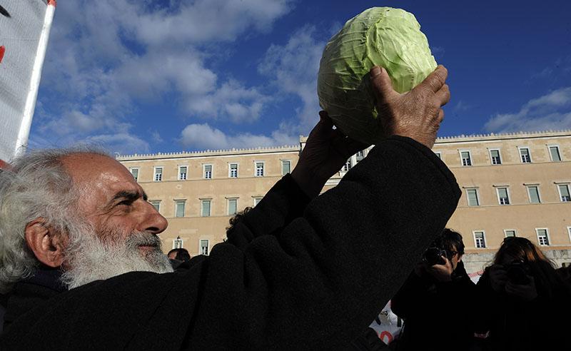"""Πανελλαδικό αγροτικό συλλαλητήριο στην πλατεία Βάθης στην Αθήνα, απέναντι από το υπουργείο Αγροτικής Ανάπτυξης, την Τρίτη 14 Φεβρουαρίου 2017. Στο συλλαλαητήριο συμμετέχουν μέλη αγροτικών συλλόγων από 35 μπλόκα, που έχουν στηθεί στο οδικό δίκτυο της Θεσσαλίας, της Στερεάς Ελλάδας και της Μακεδονίας. Μεταξύ των κύριων αιτημάτων, όπως έχουν διατυπωθεί από την Πανελλαδική Επιτροπή Μπλόκων, είναι η κατάργηση των αυξήσεων στις ασφαλιστικές εισφορές στον ΟΓΑ, η μείωση των ορίων συνταξιοδότησης, αφορολόγητο οικογενειακό εισόδημα 12.000 ευρώ, προσαυξημένο κατά 3.000 ευρώ για κάθε παιδί, ακατάσχετο λογαριασμό στο ύψος των 15.000 ευρώ, αφορολόγητο πετρέλαιο, κατώτατες εγγυημένες τιμές για τα αγροτοκτηνοτροφικά προϊόντα, καθώς και διαγραφή των τόκων και """"κούρεμα"""" του κεφαλαίου σε ποσοστό 30% για επαγγελματικά δάνεια έως 200.000 ευρώ. (EUROKINISSI/ΓΙΑΝΝΗΣ ΠΑΝΑΓΟΠΟΥΛΟΣ)"""