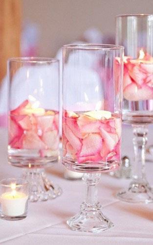 Αποτέλεσμα εικόνας για Αλλά όχι με το κοτσάνι! Μερικά ροζ τριαντάφυλλα μαδημένα μέσα σε διαφανή βάζα με νερό θα κάνουν τη διαφορά.